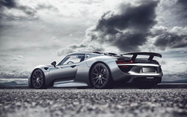 racing with the devil...oh no, with the spider! the Porsche 918 Spyder on the track